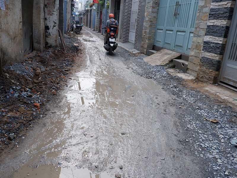 Dân bức xúc vì 4 tháng chưa sửa xong đoạn đường - ảnh 1