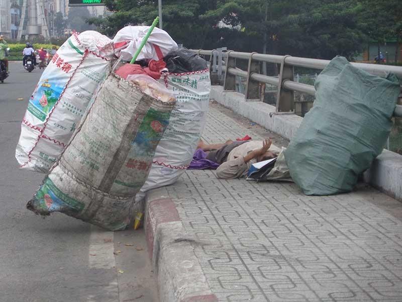 Thật nguy hiểm khi ngủ trên cầu thế này - ảnh 1