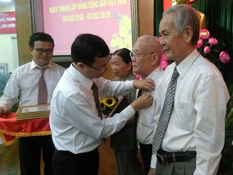 TP.HCM: Hơn 2.300 đảng viên nhận huy hiệu Đảng - ảnh 1