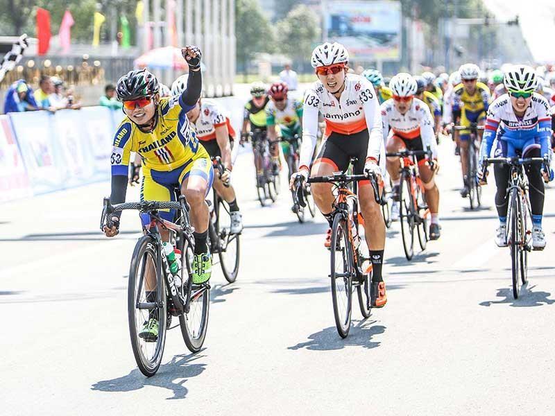 Tay đua Thái Lan khẳng định ngôi đầu áo xanh Biwase - ảnh 1