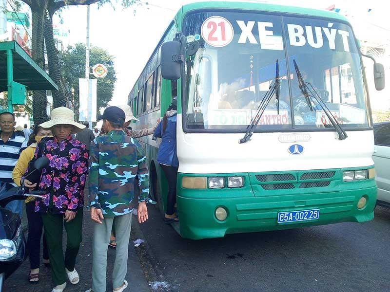 Người dân sợ đi xe buýt vì xuống cấp - ảnh 1