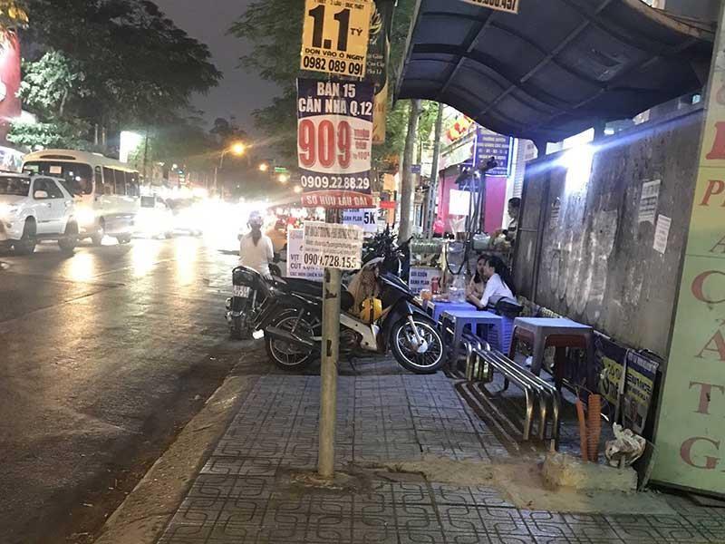 Trạm xe buýt trở thành nơi bán đồ ăn - ảnh 1