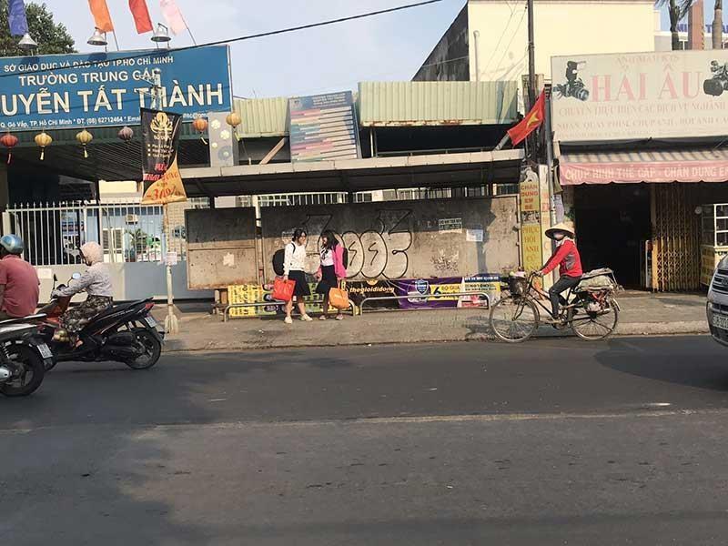 Trạm xe buýt trở thành nơi bán đồ ăn - ảnh 2