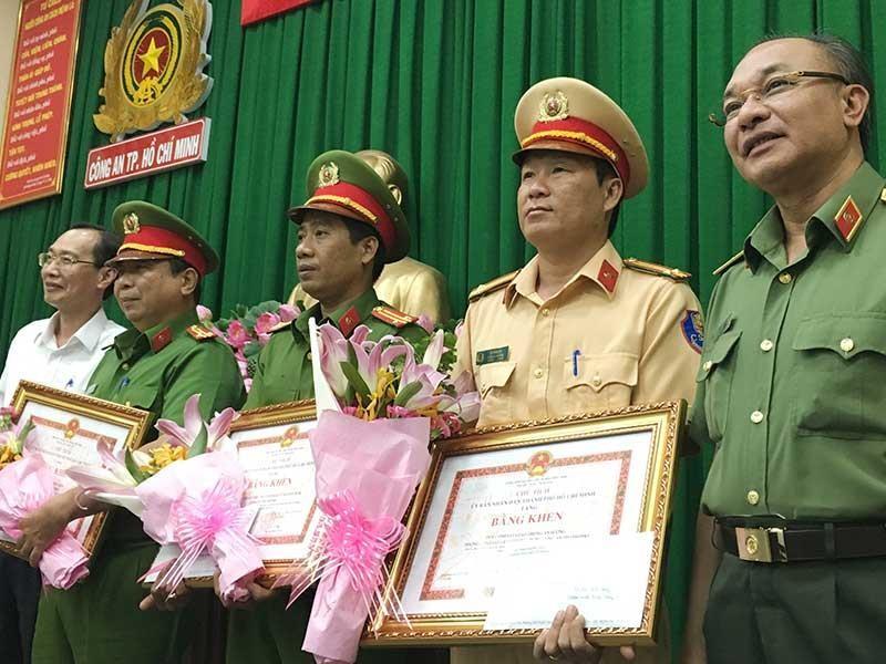 Khen thưởng lực lượng bắt xe chở 895 bánh heroin - ảnh 1