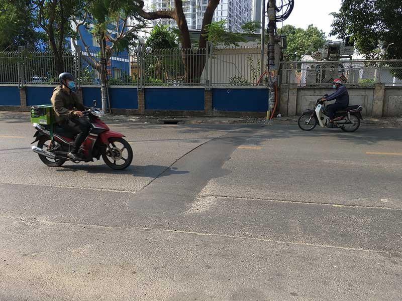 Tái lập mặt đường cẩu thả đe dọa người giao thông - ảnh 1