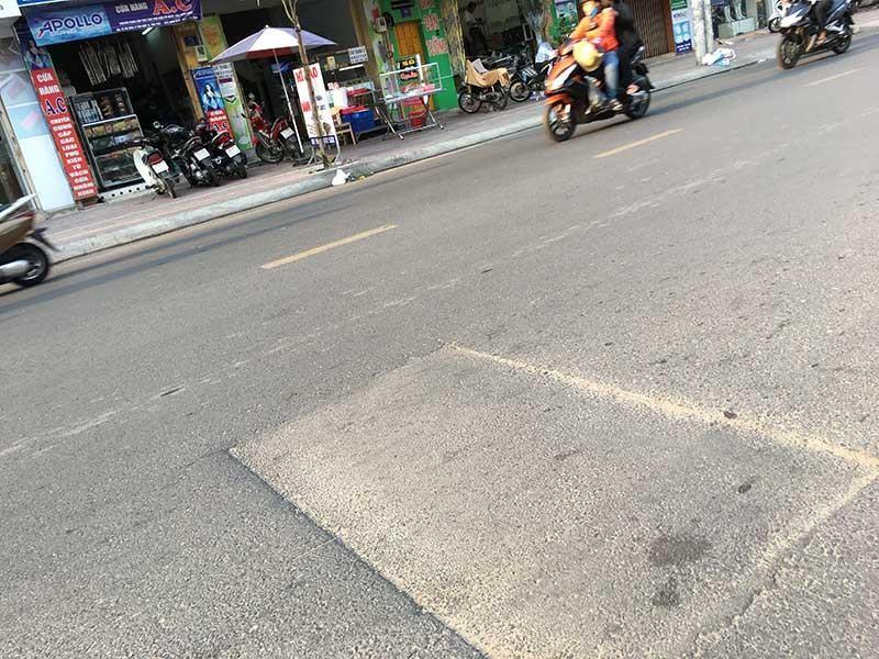 Tái lập mặt đường cẩu thả đe dọa người giao thông - ảnh 2
