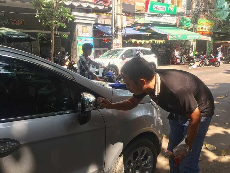 Dán decal ô tô không đúng luật: Bị từ chối đăng kiểm - ảnh 1