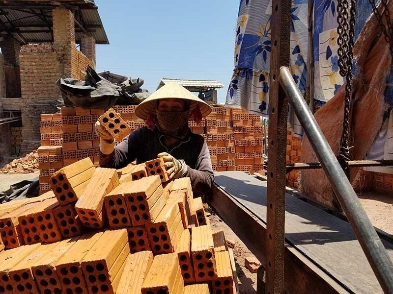 Khó khăn tháo dỡ lò gạch thủ công ở Quảng Ngãi - ảnh 1