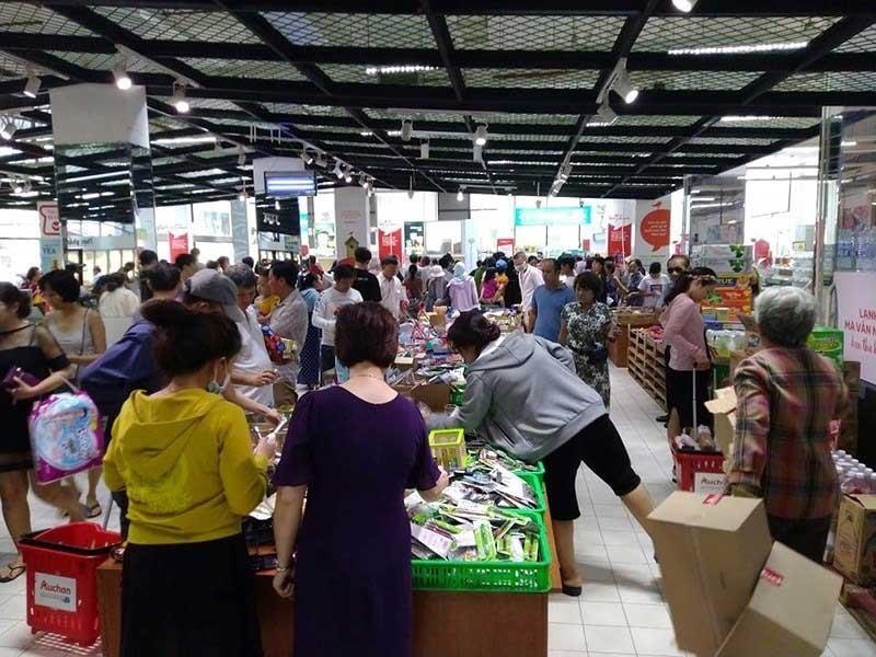 'Tàn phá' siêu thị Auchan: Người tiêu dùng thua cuộc - ảnh 1