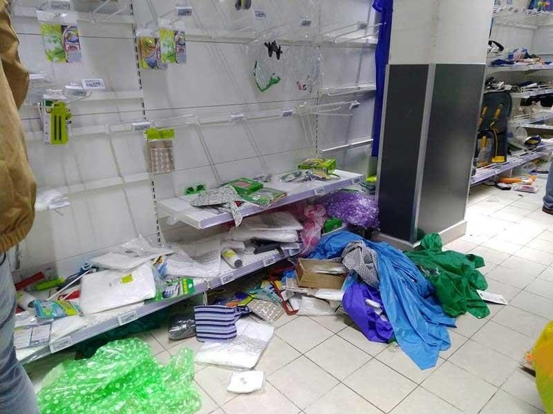 'Tàn phá' siêu thị Auchan: Người tiêu dùng thua cuộc - ảnh 2