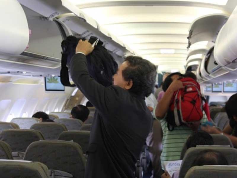 Báo động nạn chôm đồ trên máy bay - ảnh 1