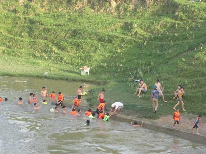 Tập bơi bên dòng sông Đào - ảnh 1
