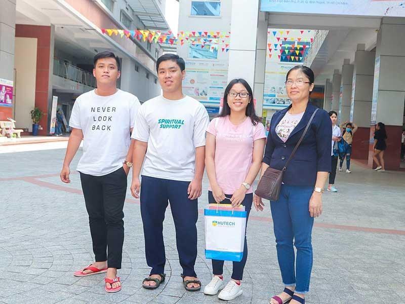 3 anh chị em sinh ba học cùng lớp, cùng đi thi THPT quốc gia - ảnh 1