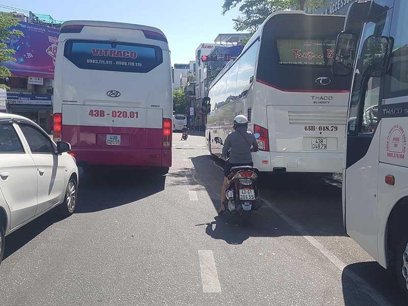Đà Nẵng 'chật cứng' xe khách du lịch - ảnh 2