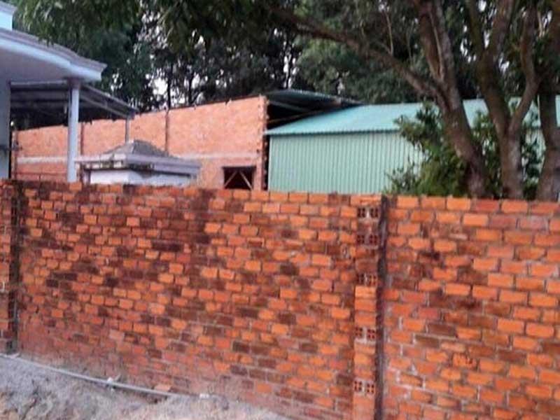 Bất lực trước vụ xây nhà trên đất hàng xóm? - ảnh 1