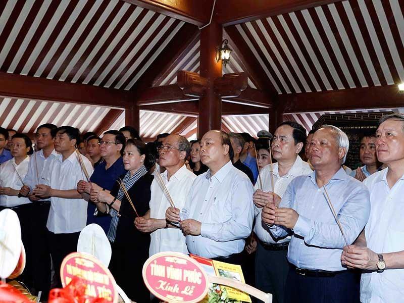 Thủ tướng, Chủ tịch QH dâng hương lên Chủ tịch Hồ Chí Minh - ảnh 1