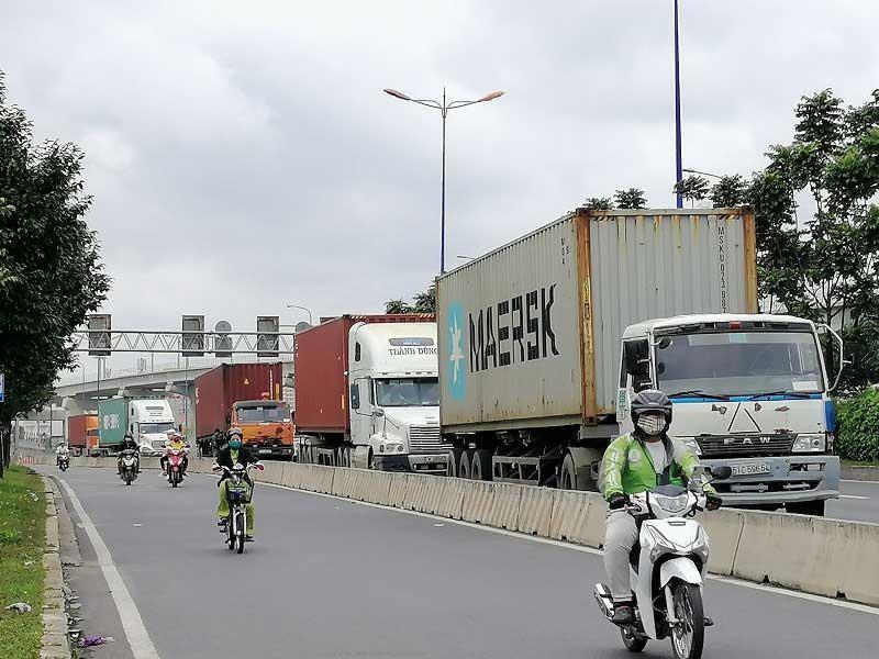 Nhiều con đường thành bãi đậu xe container trái phép - ảnh 1