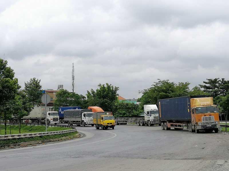 Nhiều con đường thành bãi đậu xe container trái phép - ảnh 2