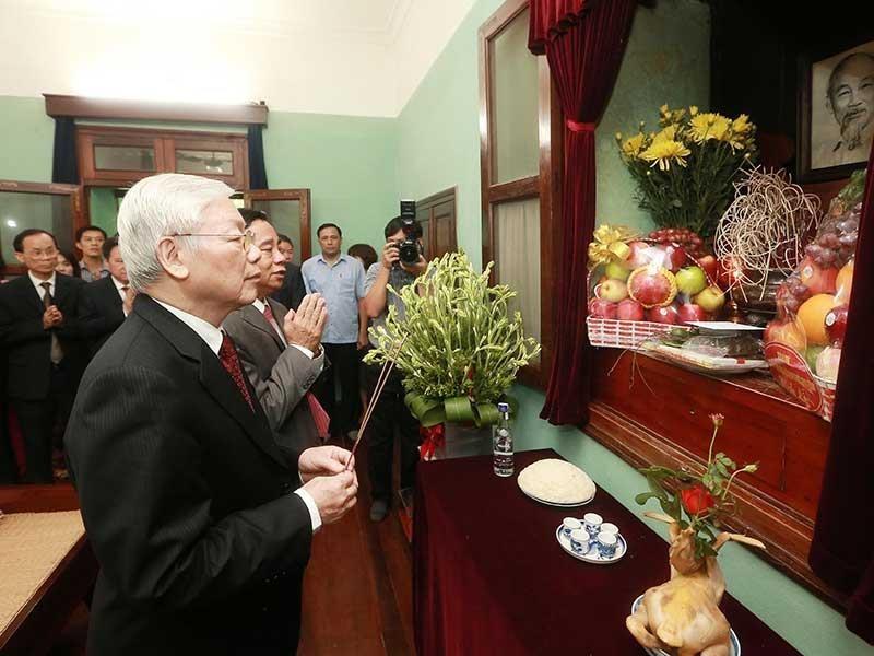 Tổng bí thư, Chủ tịch nước dâng hương lên Chủ tịch Hồ Chí Minh - ảnh 1