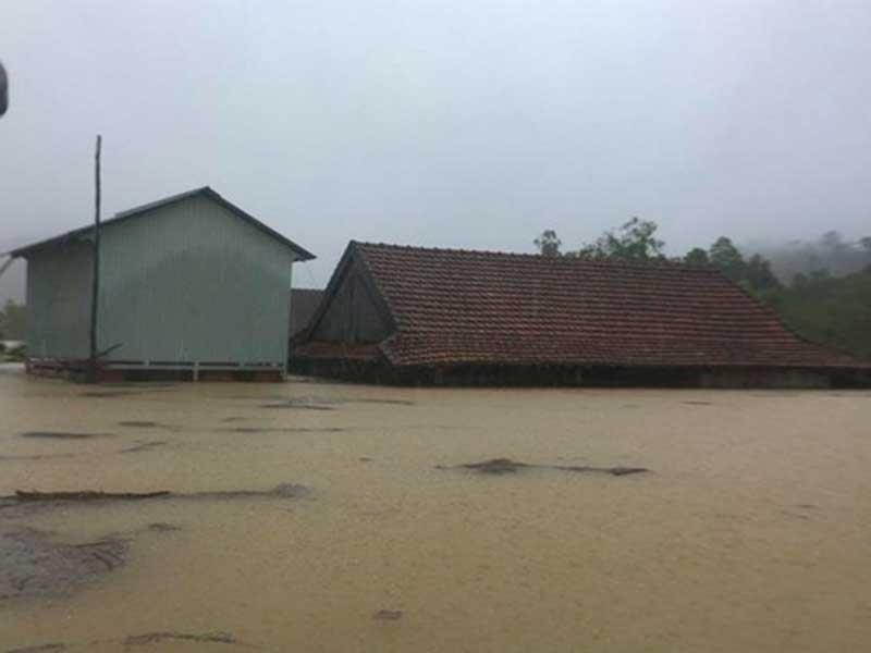 Nhiều thiệt hại trong đợt mưa lũ tại miền Trung - ảnh 1