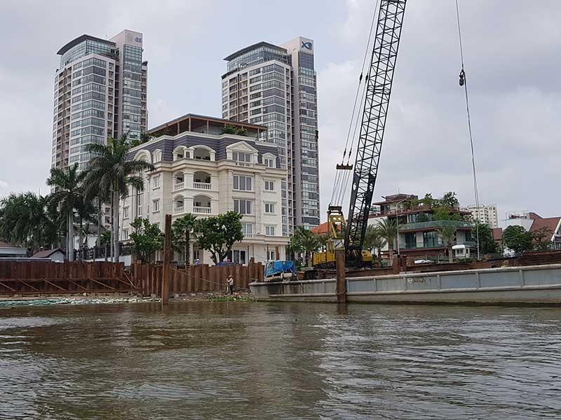 Bờ sông Sài Gòn đang bị 'băm nát' làm của riêng - ảnh 1