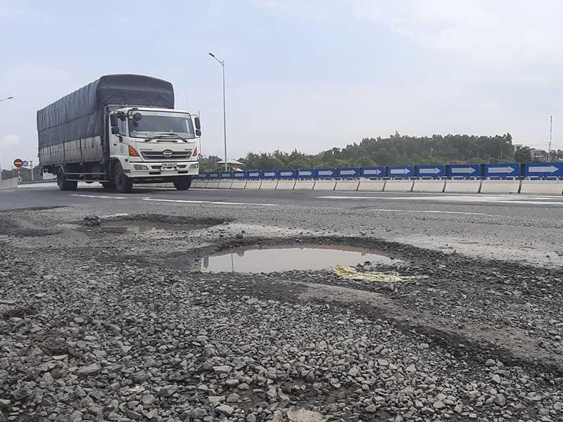 Đường dẫn cầu vượt cao tốc Đà Nẵng-Quảng Ngãi nứt toác - ảnh 2