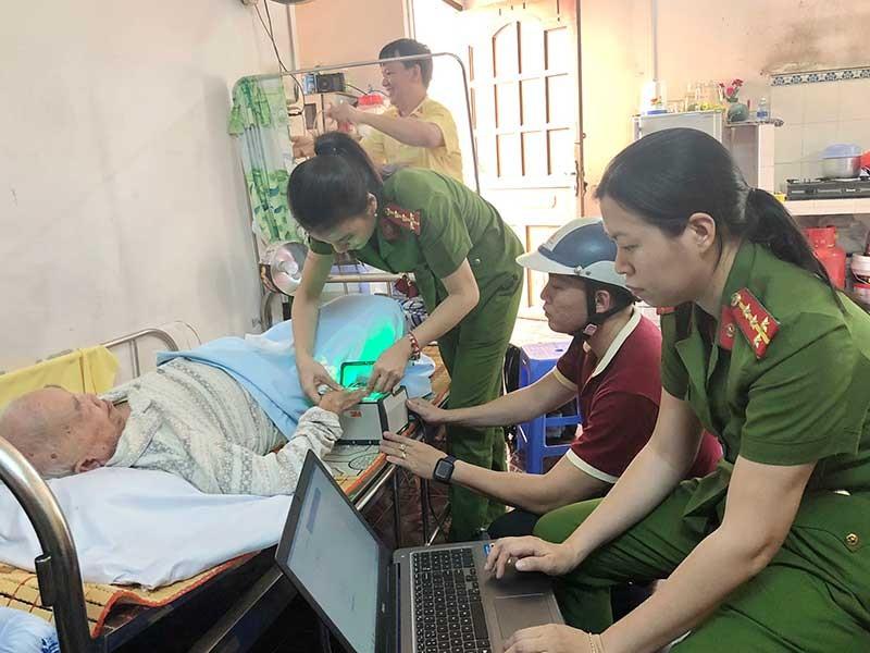 Tổ cấp căn cước công dân giúp người khó khăn ở quận 9 - ảnh 1