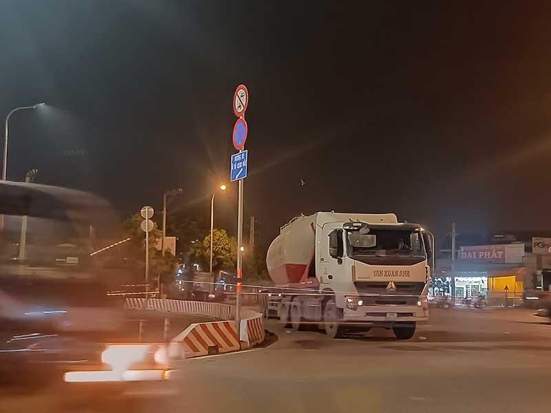 Chuyện lạ: Xe tải, xe container vô tư đậu trước biển cấm - ảnh 1