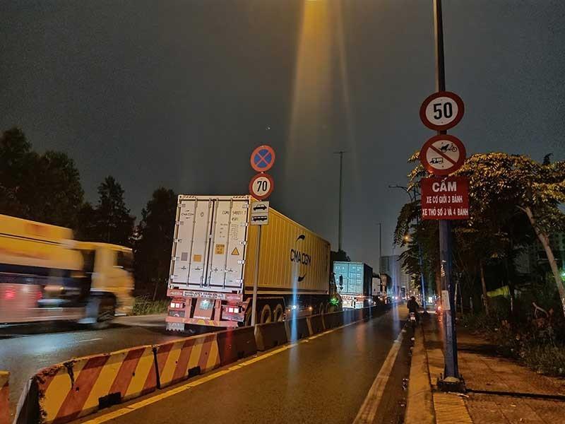 Chuyện lạ: Xe tải, xe container vô tư đậu trước biển cấm - ảnh 2