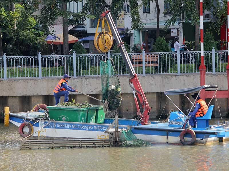 Sông Sài Gòn ngập trong rác thải nhựa - ảnh 1