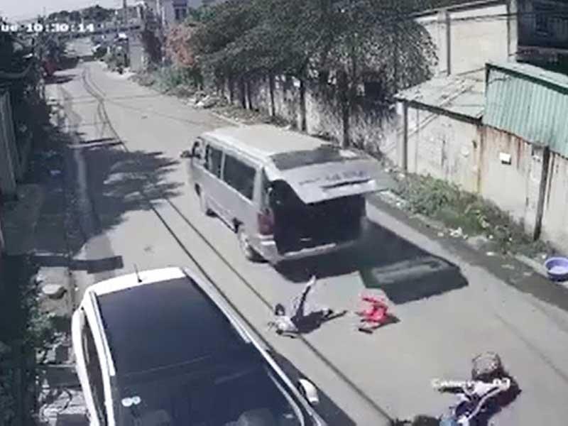 Hy hữu: 3 học sinh văng khỏi xe đưa đón - ảnh 1