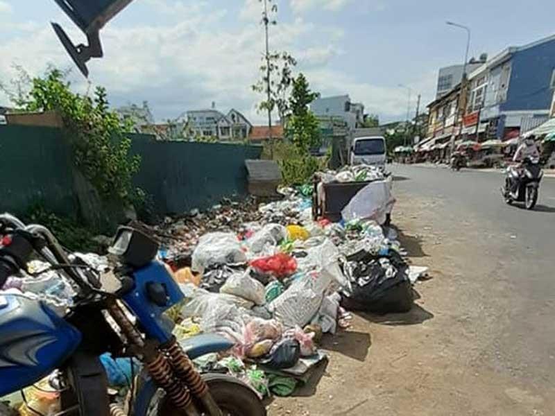 Dân bức xúc vì rác ùn ứ cả tháng trời - ảnh 1
