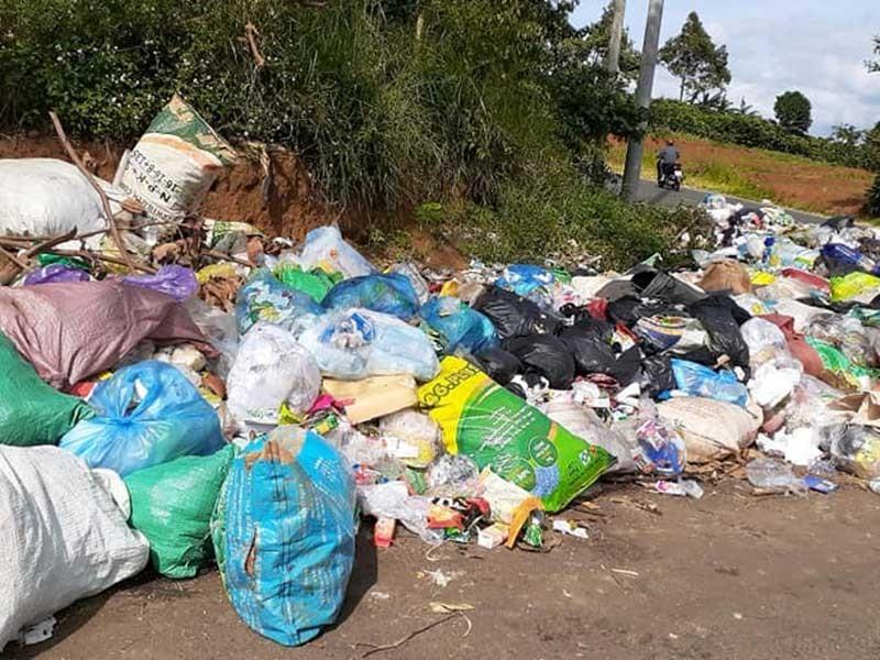 Dân bức xúc vì rác ùn ứ cả tháng trời - ảnh 2