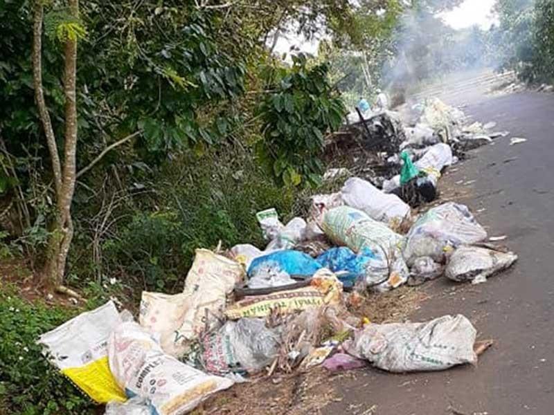 Dân bức xúc vì rác ùn ứ cả tháng trời - ảnh 3