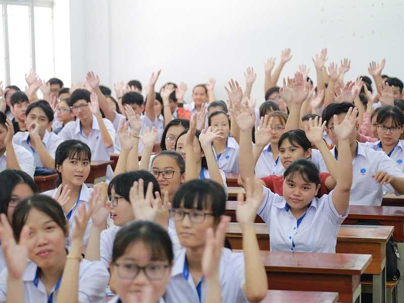 Tranh cãi việc buộc sinh viên mặc đồng phục - ảnh 1