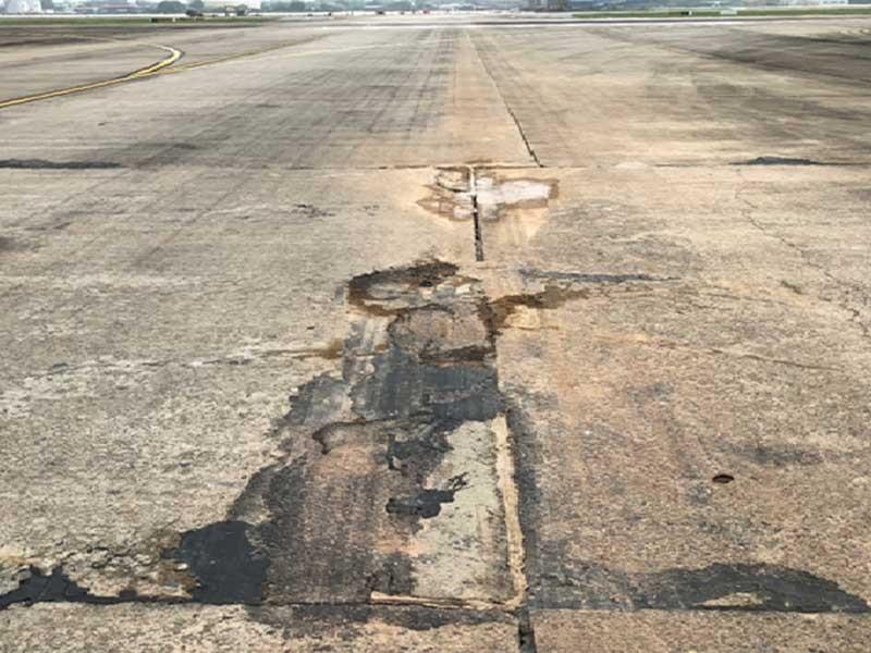 Máy bay liên tục rách lốp là sự cố bình thường? - ảnh 1
