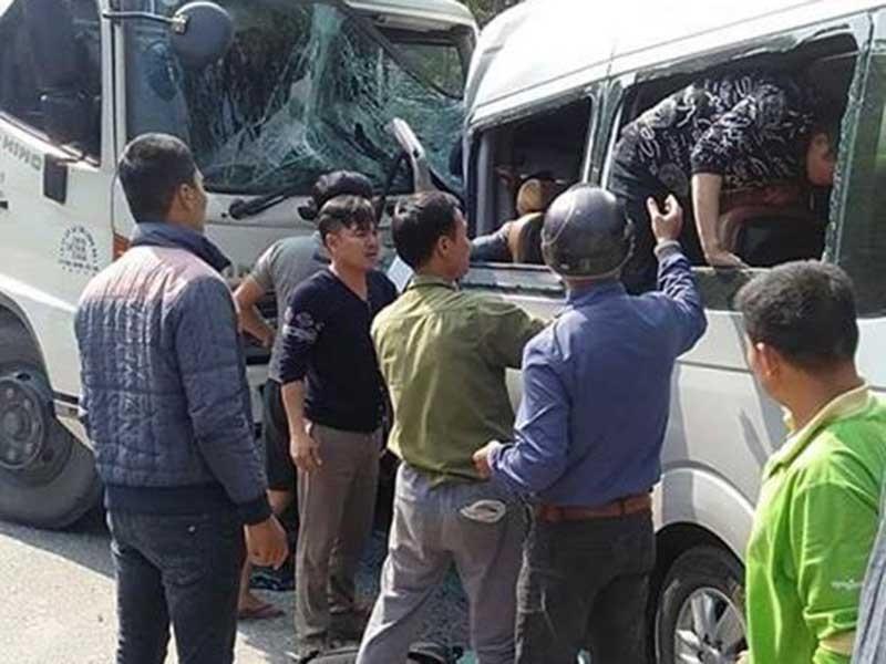 Xe tải tông trực diện xe khách, nhiều người bị thương nặng - ảnh 1
