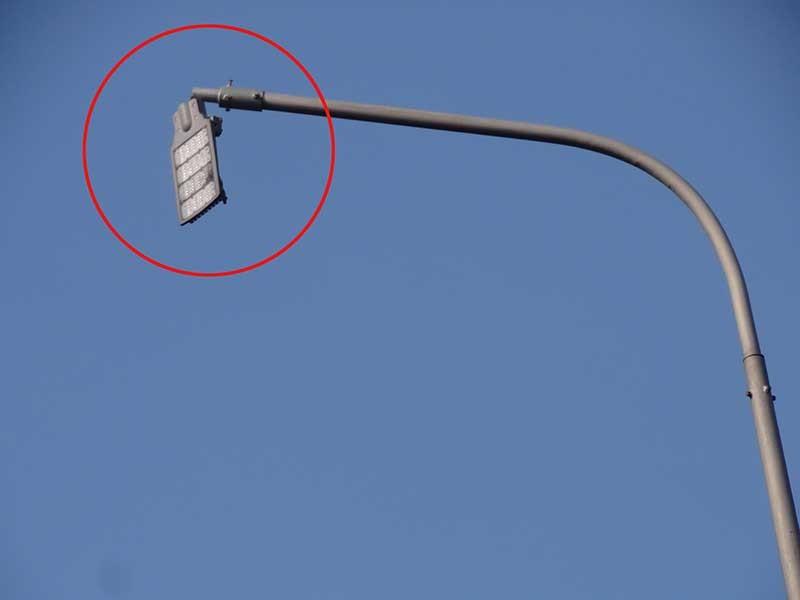 Bóng đèn gãy, gây nguy hiểm cho người đi đường - ảnh 1