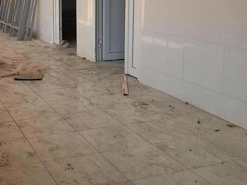 Nhà thầu tự thay gạch lót nền Bệnh viện Ô Môn - ảnh 2