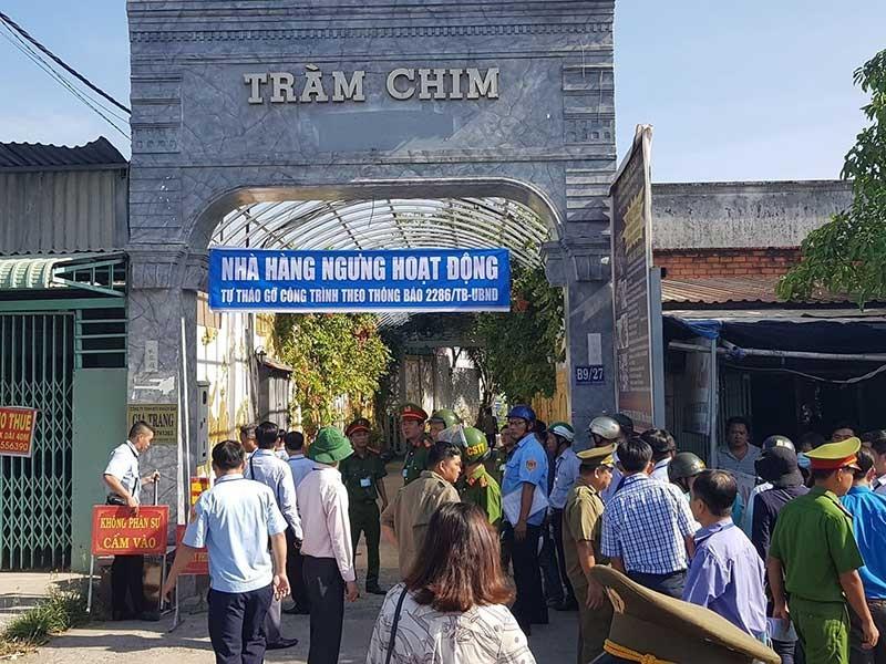 Huy động hàng trăm người cưỡng chế Tràm Chim resort - ảnh 1