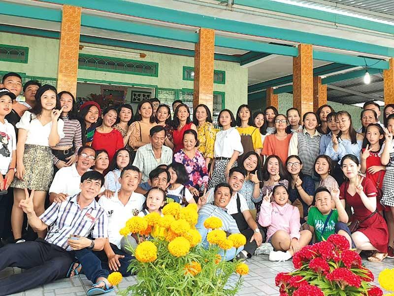 Dòng tộc 100 người họp mặt đầu năm - ảnh 1