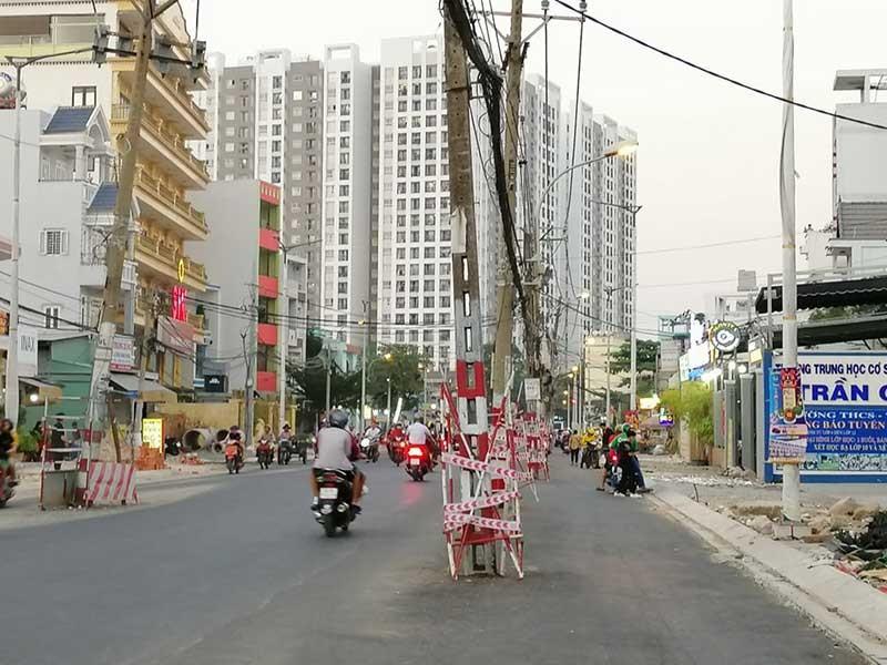 Điện lực Tân Phú phản hồi vụ cột điện nằm giữa đường - ảnh 1
