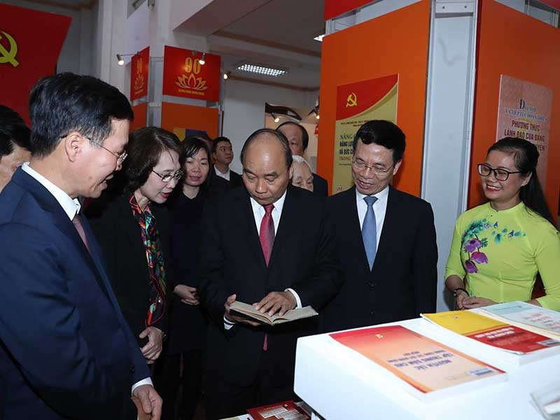 Thủ tướng dự Triển lãm sách kỷ niệm 90 năm ngày thành lập Đảng - ảnh 1