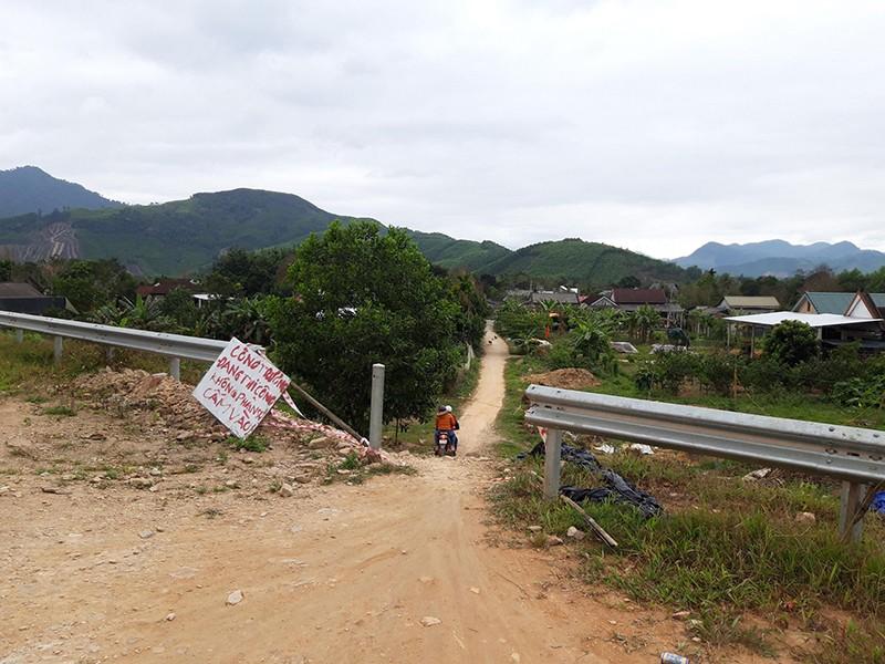 Tự ý tháo dỡ hàng rào cao tốc La Sơn - Túy Loan - ảnh 1