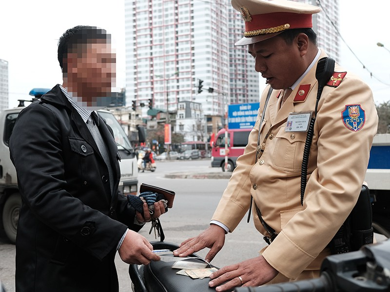 Từ 12-3, thí điểm nộp phạt giao thông qua mạng - ảnh 1