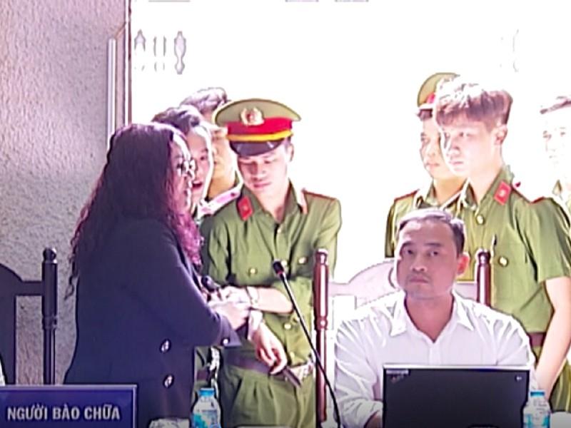 Luật sư bị buộc rời phòng xử - ảnh 1