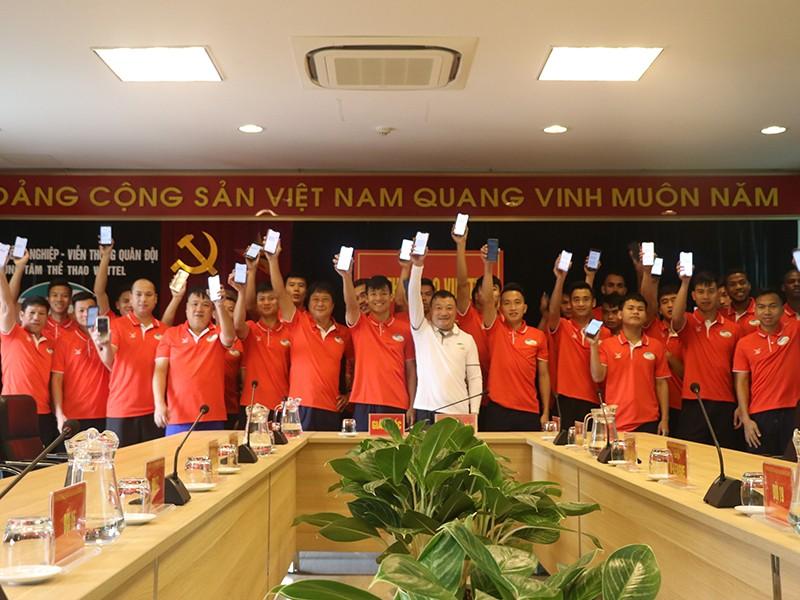Những nụ cười sau lớp khẩu trang trong giới cầu thủ Việt - ảnh 1
