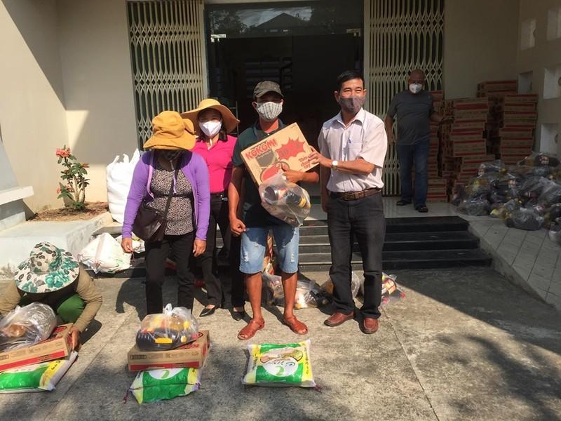 COVID-19: Ngưng bán vé số, nhiều người nghèo được giúp đỡ - ảnh 2