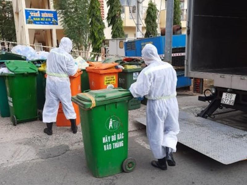 Sự hy sinh thầm lặng của những người gom rác y tế - ảnh 1