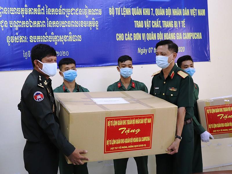 Việt Nam hỗ trợ Lào và Campuchia chống dịch COVID-19 - ảnh 1